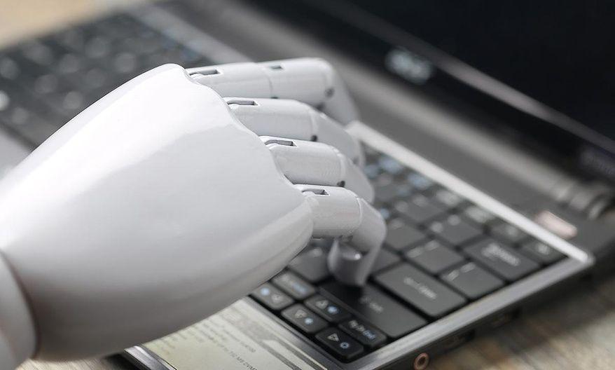 Un robot de IA sentado en tu escritorio